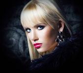 Schöne blonde Mädchen in Luxus Pelz — Stockfoto
