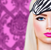 Bella ragazza bionda con labbra rosa — Foto Stock