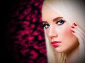 Hermosa chica con uñas y labios rojos — Foto de Stock