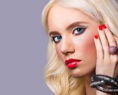портрет красивой девушки с идеальный макияж — Стоковое фото