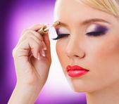 Vacker blond tjej med lila makeup — Stockfoto