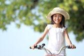 Bicicletta di equitazione ragazza all'aperto — Foto Stock