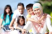 Lycklig familj med cyklar — Stockfoto
