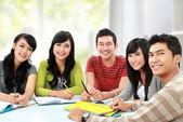 Grupo de joven estudiante — Foto de Stock