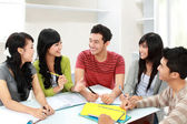 Group of students discuss — Stockfoto