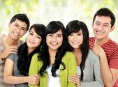 Gruppo di amici sorridenti — Foto Stock