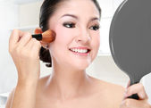 Beautiful woman doing make up — Stock Photo
