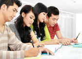 Group of students studying — Stockfoto