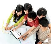 Studenter med tablett — Stockfoto