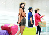Happy girls going on vacation — Stock Photo