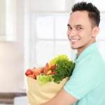 食品袋的男人 — 图库照片