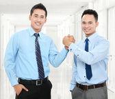 Geschäftsleute, die hände schütteln — Stockfoto
