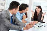 επιχειρηματίας, μιλώντας κατά τη διάρκεια συνάντησης — Φωτογραφία Αρχείου