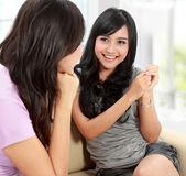 Amigos de duas mulheres conversando — Foto Stock