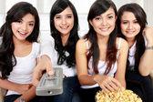 Oglądania tv wraz z przyjaciółmi — Zdjęcie stockowe