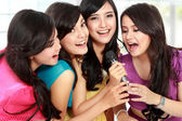 Vrouw zingen karaoke samen — Foto de Stock