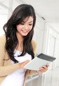Adolescente sonriente con tablet pc — Foto de Stock