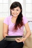 Sorridente adolescente con tablet pc — Foto Stock