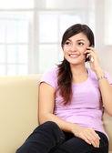 Adolescente hablando por el teléfono — Foto de Stock