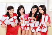 Grupo mujer con muchas cajas de regalo — Foto de Stock