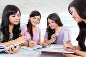 Grupo de chicas estudiantes — Foto de Stock