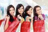 счастливая делающая покупки женщина — Стоковое фото