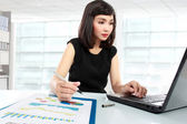 Business woman working on her desk — Stockfoto