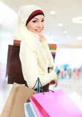 Junge muslimische frau mit einkaufstasche — Stockfoto