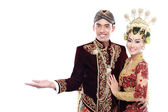 Java tradicional boda pareja marido y mujer presentando blan — Foto de Stock