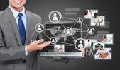 ビジネスの男性社会を示すノート パソコンとの接続 — ストック写真