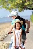 Giovane ragazza divertirsi con bicicletta all'aperto — Foto Stock