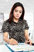 Jovem empresária trabalhando com documentos — Fotografia Stock