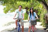 男人和女人玩户外一起骑自行车 — 图库照片
