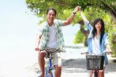 Mężczyzna i kobieta zabawa zewnątrz, jazda rowerem razem — Zdjęcie stockowe