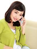 Vrouw bellen iemand met telefoon — Stockfoto