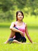 Girl doing workout on grass — Stockfoto