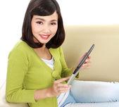 Lächelnd teenager mit tabletpc — Stockfoto