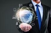 Hombre de negocios que presentan los medios de red global — Foto de Stock
