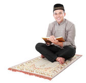 Muslim man holding and reading quran — Stock Photo