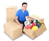 搬家的那天。纸板箱的男人 — 图库照片
