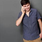 Молодой человек, позвонив по телефону — Стоковое фото