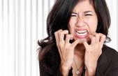Donna d'affari stressata al lavoro. — Foto Stock