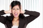 Affärskvinna stressade på jobbet. — Stockfoto