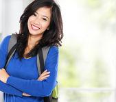 Séduisante jeune étudiant heureux avec sac — Foto Stock