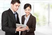 Partnerów biznesowych za pomocą touchpada na posiedzeniu — Zdjęcie stockowe