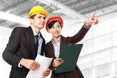 Manliga och kvinnliga arkitekt på byggarbetsplatsen — Stockfoto