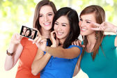Girl friends taking a picture of themselves — Stock Photo