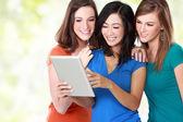 Ung tjej vän använder tablet — Stockfoto