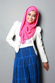 Jovem mulher atraente usando cachecol sorrindo — Fotografia Stock