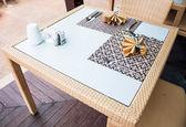 Set van oosterse stijl eettafel op houten vloer — Stockfoto